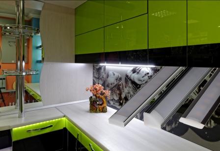 Кухня изготовленная с использованием линейных светодиодных  светильников KAMLED.COM